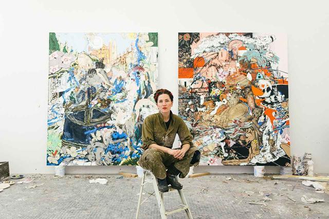画像: アーティストのフランチェスカ・ディマッティオと個展『ボシャラウィット』に出展予定の絵画《タコと魚》、《キツネと猟犬》。ニューヨーク州ヒルズデールのアトリエにて。個展『ボシャラウィット展』は、ニューヨークの「サロン94・バワリー」で、2018年3月より開かれた