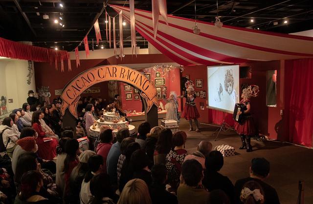 画像: ヒグチと親交の深い音楽デュオ「黒色すみれ」と俳優でパフォーマーの史 椛穂がパフォーマンスを披露したナイトミュージアムの風景。スクリーンではヒグチのライブペインティングが流された