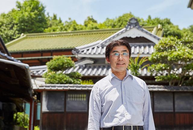 画像: 6代目当主、丸本仁一郎。大学は理系で学び、その見識の深さと広さで、自ら杜氏として「米作りをする酒蔵」を牽引する
