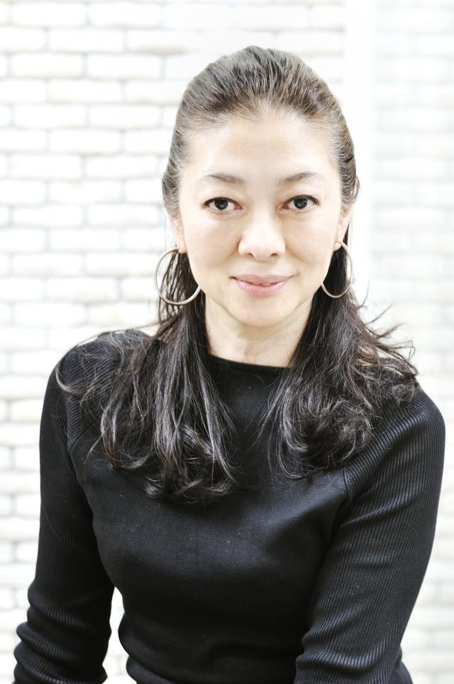 """画像: 齋藤 薫(KAORU SAITO) 美容ジャーナリスト/エッセイスト。多くの女性誌で連載をもち、その独自のジャーナリスティックな視点と説得力ある文章に多くのファンをもつ。化粧品の開発・アドバイザーやNPO法人日本ホリスティックビューティ総会理事など多方面で活躍するほか、著作も多数。近著に『大人の女よ! もっと攻めなさい』(集英社インターナショナル)『""""一生美人""""力 人生の質が高まる108の気づき』(朝日新聞出版)"""