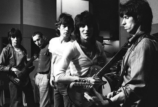 画像: 1978年、パリにあるパテ・マルコーニ・スタジオにて傑作アルバム『女たち』をレコーディングしていたストーンズを、ヘルムート・ニュートンが撮影 PHOTOGRAPH BY HELMUT NEWTON