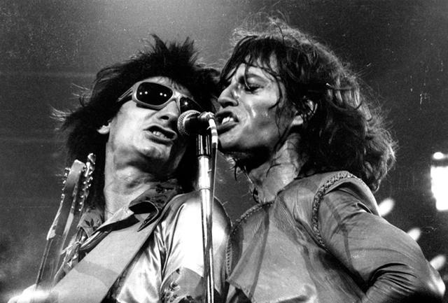 """画像: 1975年の全米ツアー""""Tour of the Americas""""に同行した、ミックの友人である英国人フォトグラファー、クリストファー・サイクスがとらえた、ステージでのミックとキース PHOTOGRAPH BY CHRISTOPHER SYKES"""