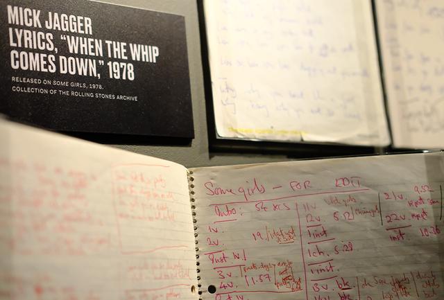 画像: メンバーの手書きの歌詞や覚え書きが展示されたコーナーより。ミックが綴った『ホエン・ジ・ウィップ・カムズ・ダウン』(1978年発表)の歌詞