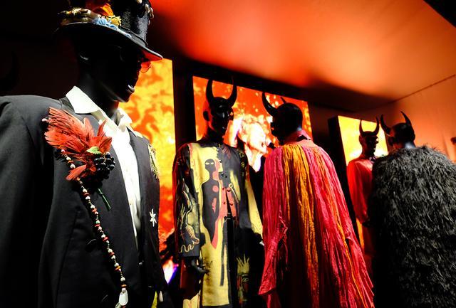 画像: 古くは1963年、最近では2010年代前半に着用したものまで多数の衣装が集められたスタイルのセクション。サイケデリック、グラム、ボディコンシャスといった具合に、半世紀にわたるトレンドの変遷をたどることができる