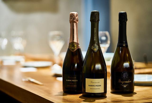 """画像: (左から) 「バローネ・ピッツィ―ニ フランチャコルタ ロゼ 2013」<750ml>¥6,000 ピノ・ネロ80%、シャルドネ20%。チェリーやフランボワーズなど赤い果実の香り。クローブなどのスパイスの香りも。華やかな味わいで、さまざまな料理に寄り添う 「バローネ・ピッツィ―ニ フランチャコルタ ブリュット アニマンテ」<750ml>¥4,000 シャルドネ78%、ピノ・ネロ18%、ピノ・ビアンコ4%。レモンやグレープフルーツの香り。酸はやわらかくエレガント。「アニマンテ」とは""""生命""""の意で、""""大地の命が吹き込まれたワイン""""を意味する 「バローネ・ピッツィ―ニ バニャドーレ 2009」<750ml>¥7,000 シャルドネ50%、ピノ・ネロ50%。ブリオッシュやハチミツのニュアンス。ドザージュ(加糖)ゼロで、すっきりした味わい。9年熟成による奥深い味わいも特徴的。単一畑のブドウのみを使用"""