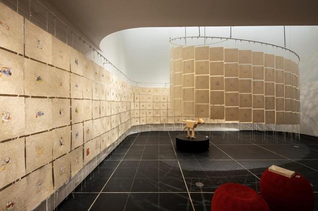 画像: 会場は「THE GINZA COSMETICS GINZA」の地下にあるマルチスペース。こぢんまりした空間に、シンプルながらダイナミックな展示が広がる COURTESY OF THE GINZA
