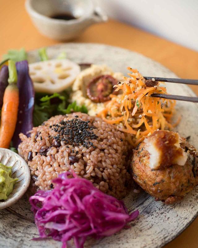 画像: ランチプレート¥1,600 日替わりで、高黍バーグやコロッケ、季節の野菜料理に小豆と黒米入りの玄米ごはん