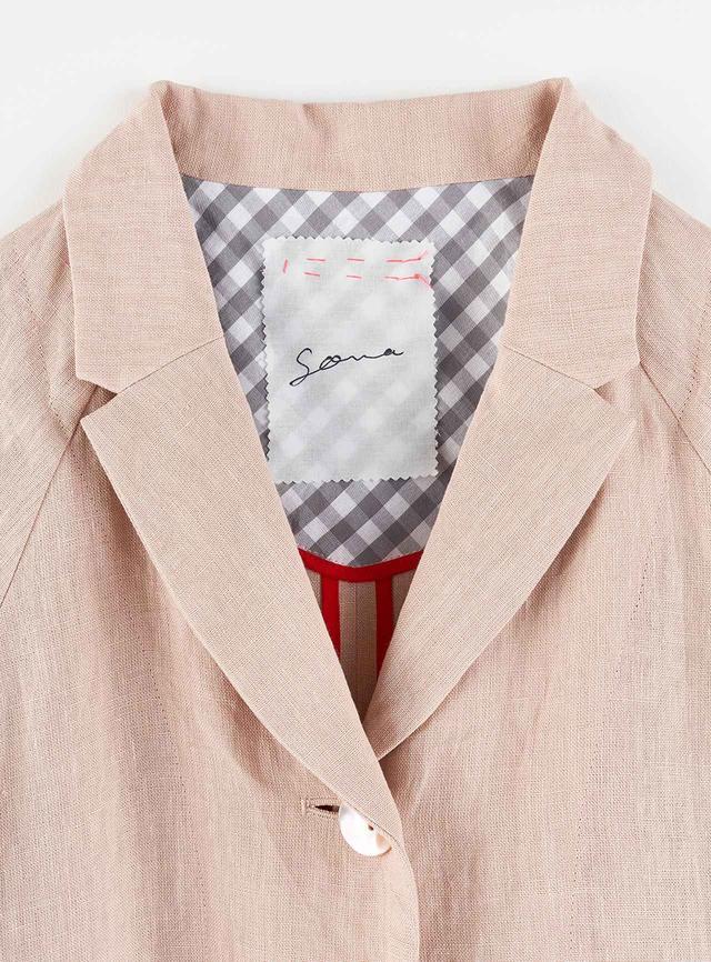 """画像: 「SOWA」というブランド名の意味は""""挿話""""、物語のなかの少しのエピソード。""""添うわ""""、身体に寄り添い、共にあること。それから""""そわそわ""""、高揚し、うきうきする気持ちから。「外側から見てもうちの服だとわかるように、タグを表からもステッチを入れて縫い付けています」"""
