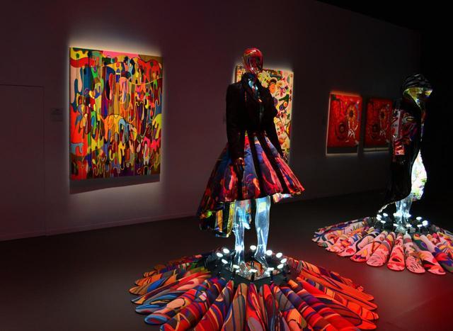 """画像: 香取が生み出した絵画と、それをモチーフにした衣装。香取は、自称""""ファッション中毒者""""。自身のクローゼットにある洋服を使った新作インスタレーションも合わせて披露された PHOTOGRAPHS BY MASANOBU MATSUMOTO"""