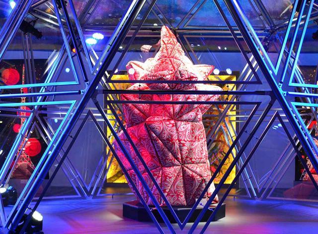 画像: 新作のひとつである《BOUM! BOUM! BOUM!》。作品が並ぶ展示スペースも、どこかステージを連想させる。スモークがたかれ、天井からクレーンで吊るされたオブジェがゆっくりと上下に動いている