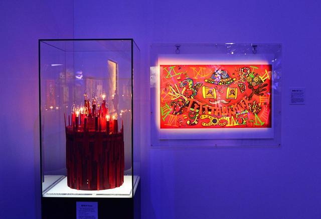 画像: カルティエの『TANK 100』のために制作したオブジェと絵画。このほか、BMWとコラボレーションしたラッピングカーのミニチュアやアートバーゼル香港2018で発表した壁画《大きなお口の龍の子(大口龍仔)》など、企業とコラボレーションした作品も多く並ぶ
