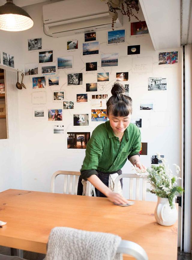 画像: 瀬戸さんが選んだアーティストの作品を期間限定で展示。この日は、友人の写真家の作品のチャリティー展示だった