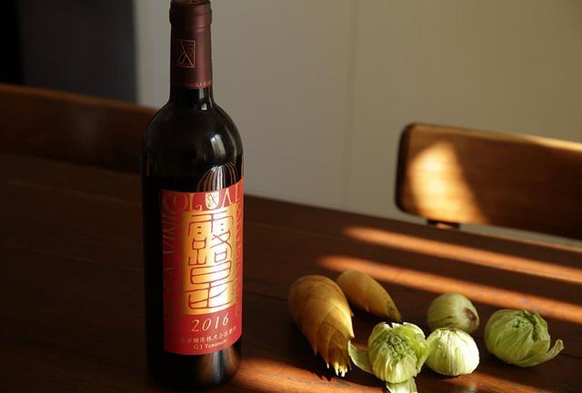 画像: 山梨県甲州市勝沼町にある「勝沼醸造」は1937年創業。「甲州で世界へ」を合言葉に、甲州種を中心に日本の食文化に寄り添う質の高いワインを手がける。「アルガーノ 露是」はマスカット・ベーリーAをやさしく搾り、フレンチオーク樽でゆっくり醸した辛口ロゼワイン。ロゼならではのフレッシュさ、マスカット・ベーリーA独特の香りとふくよかな味わいが魅力 アルガーノ 露是 2016 <750ml>¥3,000 www.katsunuma-winery.com ※「アルガーノ 露是 2016 」は 「いまでや」オンラインストア で販売中
