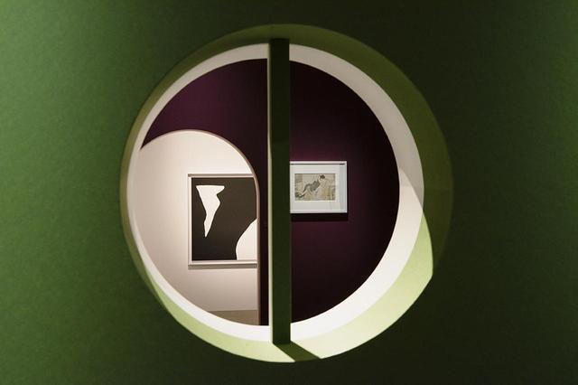 画像: 展示風景。会場には春画とピエール・セルネによる作品が交互に並ぶ © CHANEL NEXUS HALL