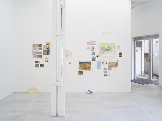 画像: 会場の壁面には、古今東西の風景画、天災を描いた日本の古典絵画、また自身が生まれ育った多摩川のスナップ写真などもインスタレーション作品として展示に。素描的で直感的とも見える彼の風景画だが、実際には、多様なコンテクストの上に生まれていることがわかる PHOTOGRAPH BY KEI OKANO