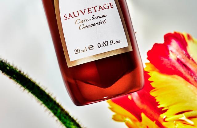 画像: 赤は生命を表す血の色であり、自然界の中にある普遍的な色。インフィオレの赤いボトルは、その色彩がもつパワーも味方に。また、容器は古代の研究者たちが実験用に使っていたという赤いガラスボトルをイメージ。赤い薬瓶のようなボトルが、使うたびに植物の力をまっすぐに届け、気持ちまで高めてくれるはず
