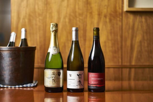 画像: (左から) 「安心院 スパークリング エキストラブリュット 2017」 ¥2,800(グラス)、¥14,000(ボトル) 国内でも珍しいシャルドネ100%の瓶内二次発酵のスパークリングワイン。グレープフルーツの香り 「熊本ワイン 菊鹿 シャルドネ 樽熟成 2013」 ¥15,000(ボトル)※ グラスなし ブリオッシュやバニラの香り。コクとミネラルのニュアンス 「都農ワイン 牧内 マスカットベリーA プライベートリザーヴ 2013」 ¥2,600(グラス)、¥13,000(ボトル) チェリーの香り。果実味が豊か ※料金はいずれもサービス料・税別