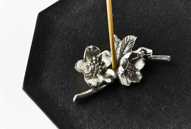 画像: 小さいけれどしっかりとした重厚感あり。お香を焚いていないときにも、草花のモチーフが空間に彩りをそえてくれる