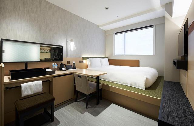 画像: スーペリアダブルB<20㎡> 「ENGAWA」と呼ばれる客室。小上がりになったベッドエリア、縁側でくつろいでいるかのようなゆるやかな時間を過ごせる部屋として、ホテルのコンセプトを最も体現している