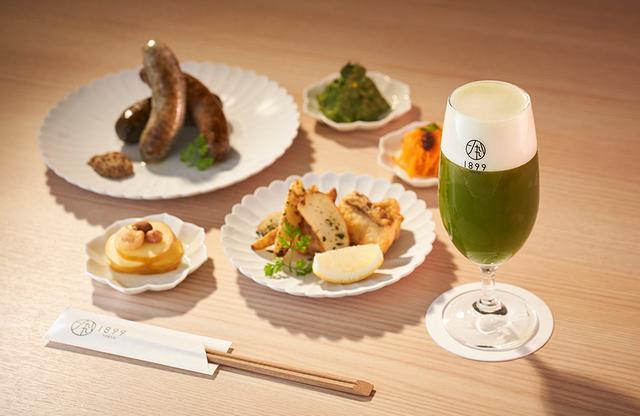 画像: お茶入りソーセージなど、こだわりのお茶尽くしで、まさに「お茶を食す」ディナー。抹茶を使ったオリジナル「1899抹茶ビール」や日本酒「一八九九」も提供 PHOTOGRAPHS: COURTESY OF HOTEL 1899 TOKYO