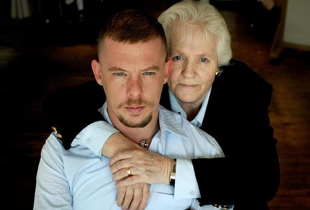 画像: 最愛の人だった母親と。2010年2月に他界した彼女の葬儀の前日に、マックイーンが自宅で首を吊っているのを家政婦が発見した PHOTOGRAPHS: © SALON GALAHAD LTD 2018