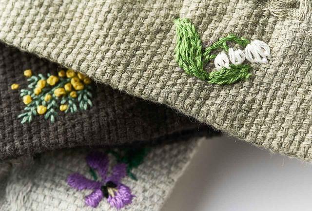 画像: 刺繍は花のほか、イニシャルなどもオーダー可。GALLERY MUVEILでは、田口あゆみさんの刺繍ほか、魅力的なワークショップもいろいろと開催される