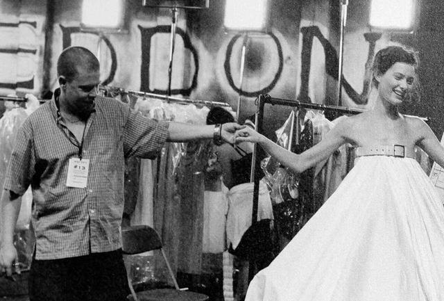 画像: 1999年春夏のショーでは、真っ白なドレスにロボットによるスプレーペイントを施すショーを披露し、招待客たちを魅了した