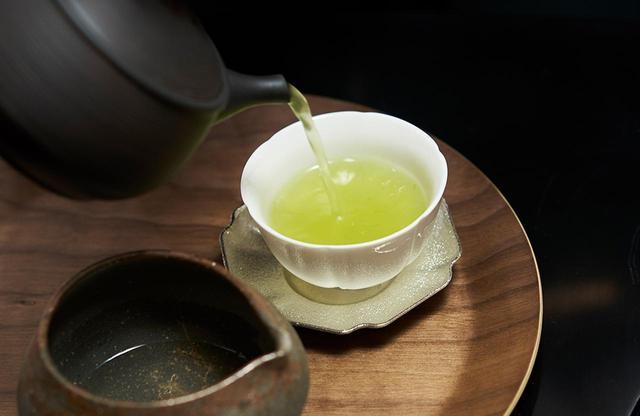 画像: ウェルカムティーとして用意されているのは煎茶と抹茶。深蒸し煎茶「六煎茶」は香ばしさと甘みがあっておいしい