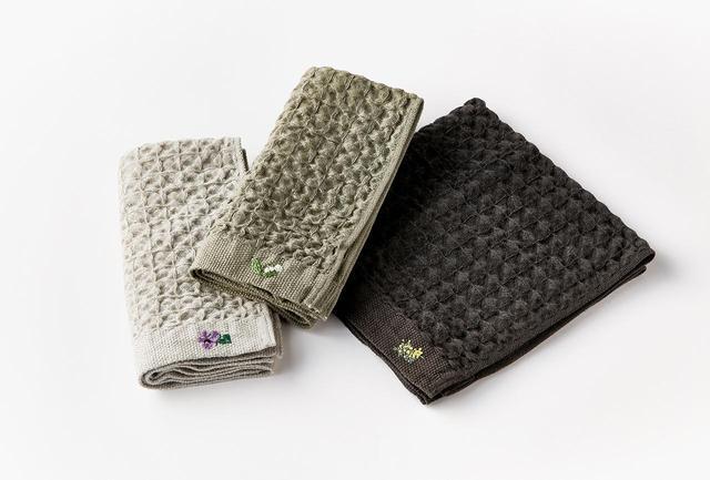画像: (左より) Kontex ハンドタオル スミレ、スズラン、ミモザ各¥2,800(タオル¥800、刺繍のオーダー代¥2,000)