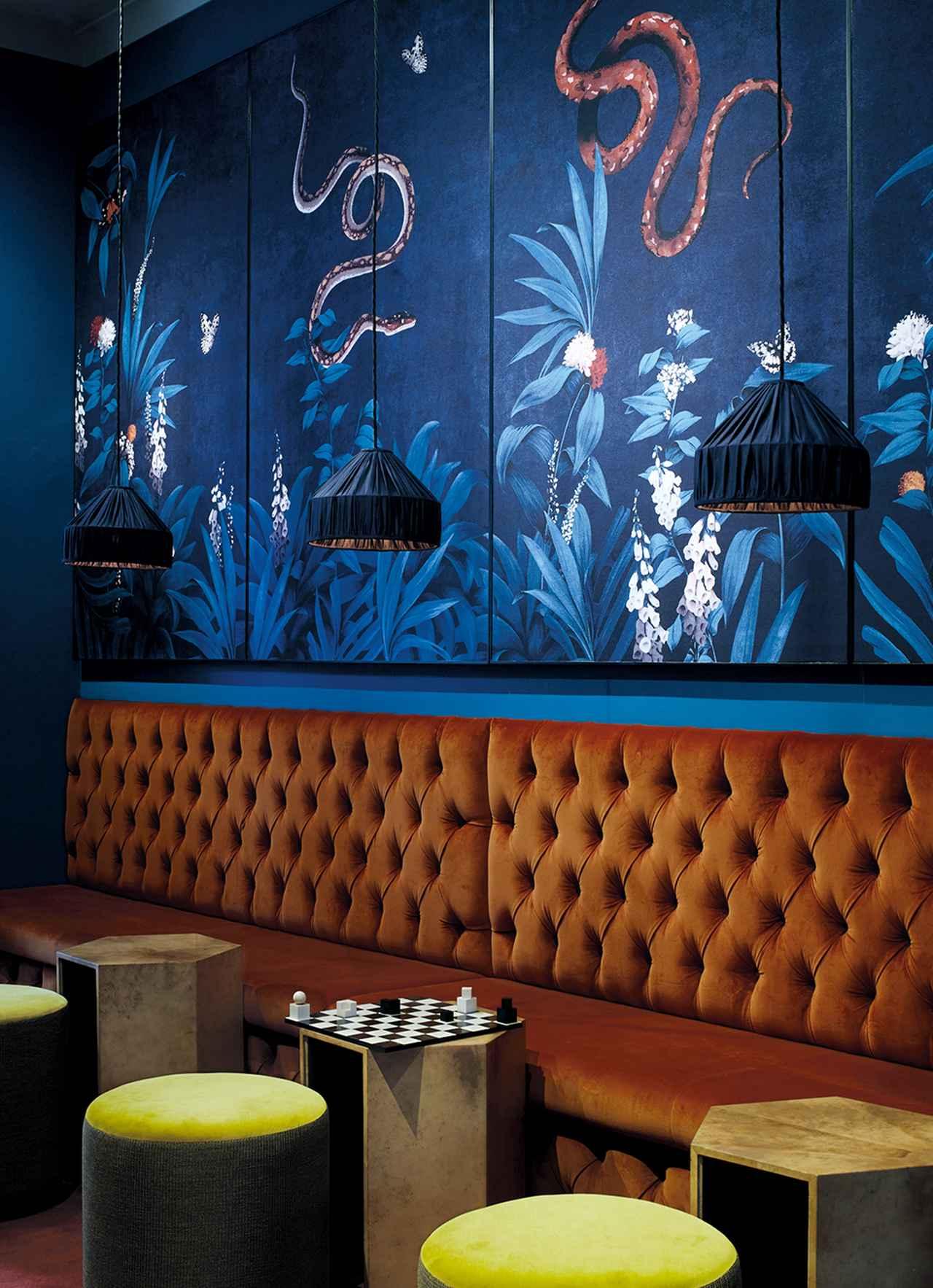 画像: フラン・ヒックマンがデザインしたチェスクラブの会員制バー。ソファには英国の高級服地ブランド「ホーランド&シェリー」のベルベットの布地が貼られている。日本の伝統的な屛風からヒントを得て、手描きの絵をシルクの上にデジタルプリントしたパネルを壁にあしらった PHOTO BY ANNABEL ELSTON, COURTESY OF FRAN HICKMAN
