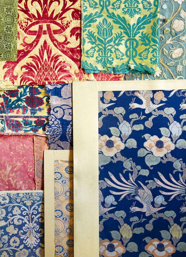 """画像: 6人のデザイナーの着想源となったインテリアから。 アーティストのピエール・ル=タンが集めた日本の絹織物とルネサンス期のイタリアの布 MIGUEL FLORES-VIANNA, """"HAUTE BOHEMIANS,"""" VENDOME PRESS"""