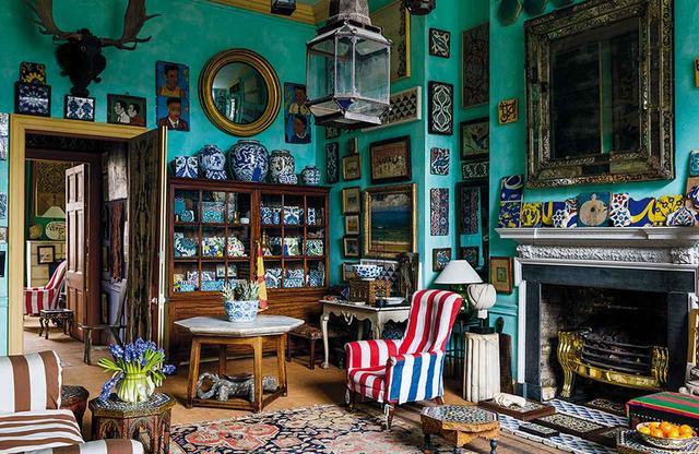 """画像: 6人のデザイナーの着想源となったインテリアから。 ピーター・ヒンウッドのロンドンの自宅。アンティーク・タイルのコレクションとタンジールの市場で買ったアームチェア MIGUEL FLORES-VIANNA, """"HAUTE BOHEMIANS,"""" VENDOME PRESS"""