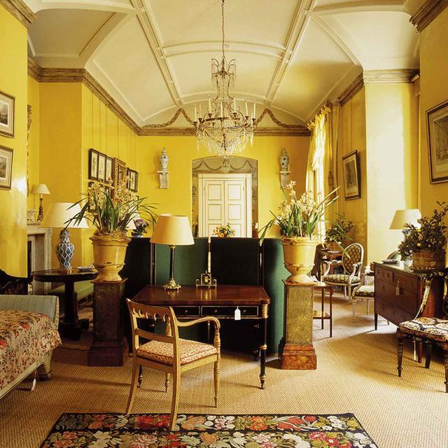 画像: 6人のデザイナーの着想源となったインテリアから。 1950年にナンシー・ランカスターが自ら壁を黄色に塗った居間 SIMON UPTON/THE INTERIOR ARCHIVE