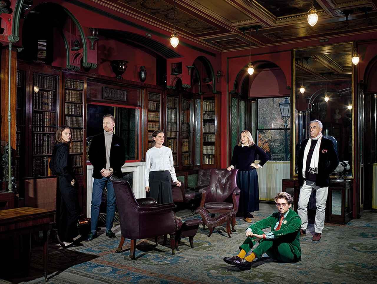 画像: 「サー・ジョン・ソーン博物館」(19世紀の建築家ソーンの自宅だった建物)に、ロンドンを拠点とし、マキシマリストの美意識を体現するデザイナーたちが集まった (左から)フラン・ヒックマン、マーティン・ブルドゥニズキ、ベアタ・ホイマン、リタ・コーニグ、ルーク・エドワード・ホール、そしてリファット・オズベック PORTRAIT SHOT ON LOCATION AT SIR JOHN SOANE'S MUSEUM. PHOTO ASSISTANTS: JOSHUA PAYNE AND JUAN PATINO