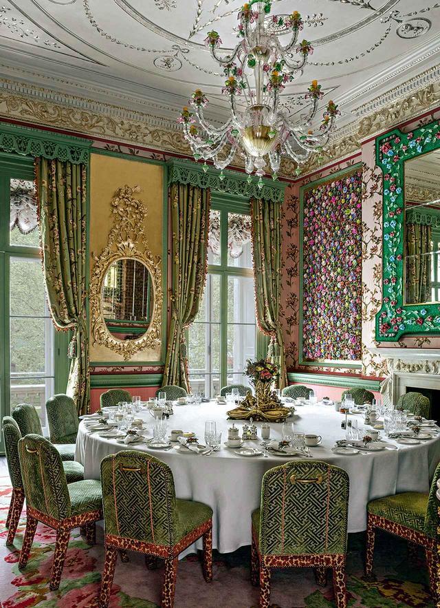 画像: ブルドゥニズキがデザインした「アナベルズ」のフラワー・ルーム。ソンギ・ディ・クリスタロ作のベネチアングラスのシャンデリアから、刺繡が施されたピエール・フレイのシルクの壁、ヤン・カーの絨毯まで、花が多彩な柄で表現されている JAMES McDONALD, COURTESY OF MARTIN BRUDNIZKI