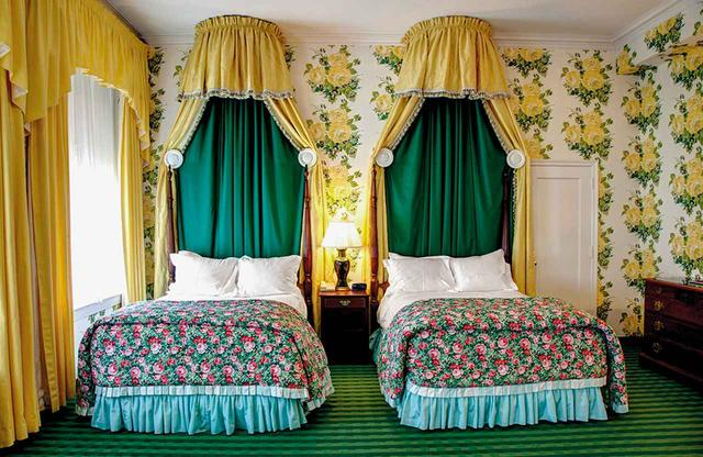 画像: 6人のデザイナーの着想源となったインテリアから。 1940年代末にドロシー・ドレーパーが手がけた「グリーンブリア・ホテル」の客室の花模様と鮮やかな色彩 COURTESY OF THE GREENBRIER