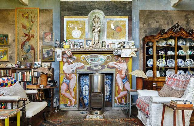 画像: 6人のデザイナーの着想源となったインテリアから。 ダンカン・グラントが絵を描き、ヴァネッサ・ベルがタイルをデザインした「チャールストン」の暖炉 GAVIN KINGCOME