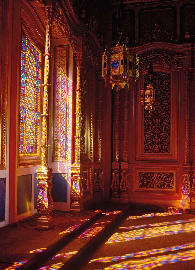 画像: 6人のデザイナーの着想源となったインテリアから。 19世紀に建てられたルートヴィッヒ2世のリンダーホフ城のステンドグラス NICHOLAS BRUANT / THE INTERIOR ARCHIVE