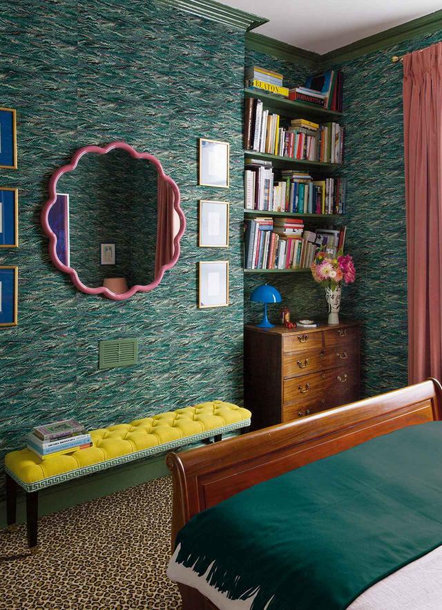 画像: ルーク・エドワード・ホールの寝室。ヒョウ柄のカーペット、大理石模様の壁紙、ピンク色のスカラップ型で縁取られた鏡、ピエール・フレイの布が貼られたベンチ OWEN GALE / HOUSE & GARDEN © THE CONDÉ NAST PUBLICATIONS LTD.
