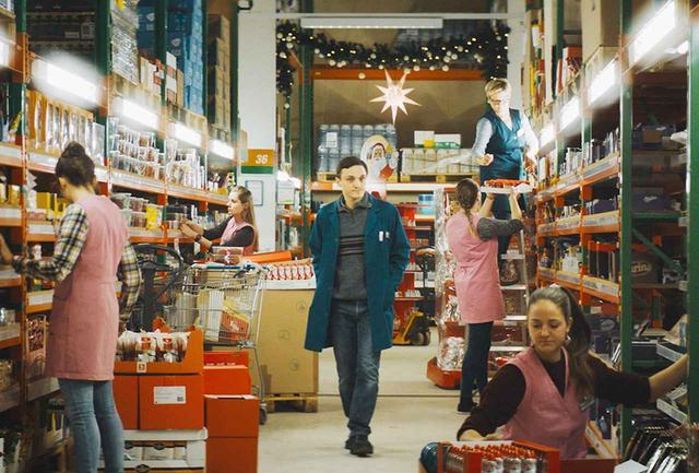 画像: クリスマスの飾り付けが施されたスーパーマーケット。静かにともる灯りが、えも言われぬ映像美を浮かび上がる © 2018 Sommerhaus Filmproduktion GmbH