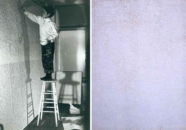 画像: (写真左から) ニューヨークのスタジオにて。1961年頃 《Infinity Nets (2)》1958年 油彩、キャンバス 125.2×91 cm
