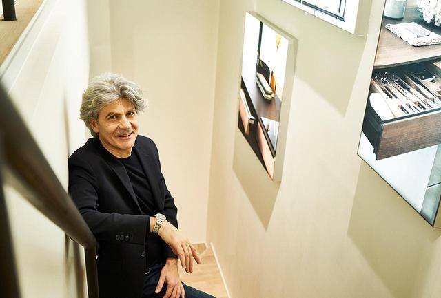 画像: ジュゼッペ・ディ・ヌッチョ(Giuseppe di nuccio) イタリア・マルケ州生まれ。大学で生物化学の学位を取得し、90年代はジルサンダー、バーバリー、ジョルジオ・アルマーニなどの主要ファッションブランドでマーケティングを担当。2018年3月からイタリアのハイエンドデザイン・家具ブランドを擁するイタリアンクリエーショングループのCEOに就任、4つのイタリアデザインブランドを統括する。好きなものは自然と読書、音楽、旅、青色