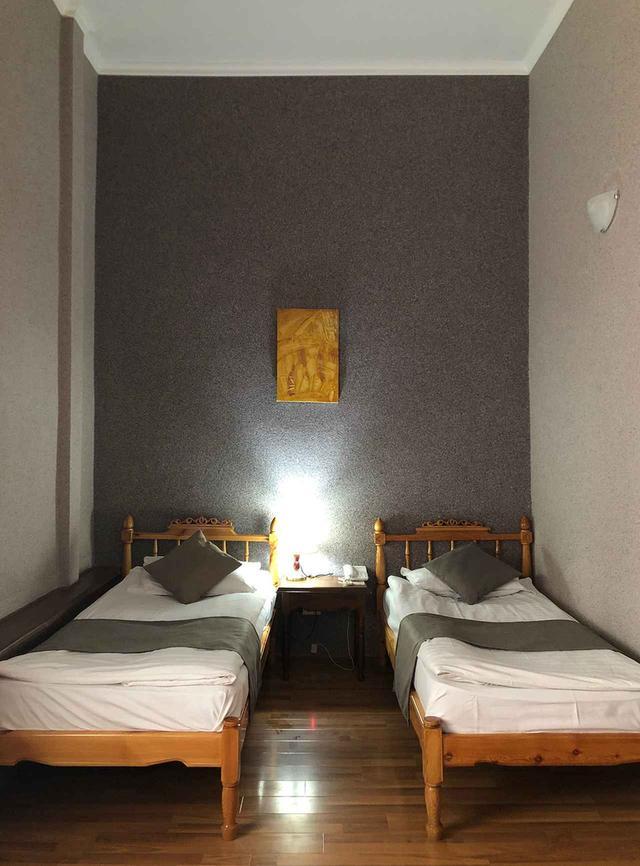 画像: ブハラの旧市街の入り口にある「Malika Bukahara Hotel(ホテル・マリカ)」の室内。朝食はフルーツ盛りだくさんで、ホテルメイドのイチジクジャムが絶品!