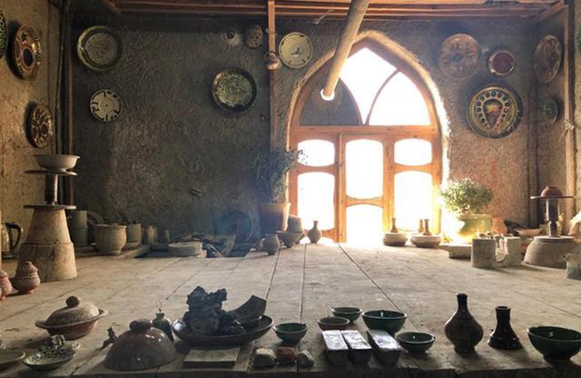 画像: ギジュドゥヴァンのポタリー。窓から柔らかな光が差し込む工房
