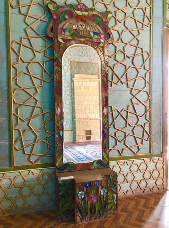 画像: アールヌーボー調のステンドグラスが施された鏡。ボタニカルな花々やフクロウの描写が愛らしい