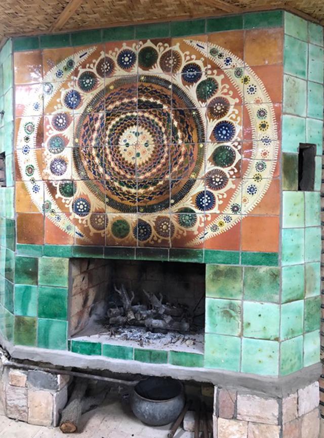 画像: 工房内にある暖炉。陶器でしつらえられている