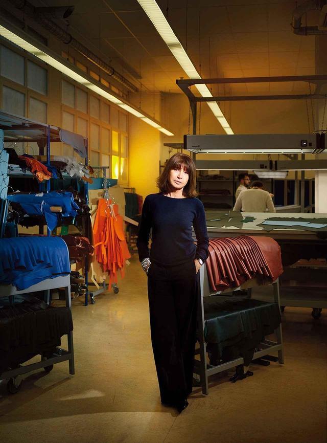 画像: メンズ・プレタポルテ部門 ヴェロニク・ニシャニアン 1988年からメンズ・プレタポルテを手がける。彼女のアトリエはフォーブル・サントノーレ通りにある。 「エルメスの服を着る男性は、美とは何かを心得ているわ。真にいいものは何かを知っていて、教える必要もない。だからこそ私たちは何らかの意味があるアイテムを作らなければならないの。単にルックの一部ではなく、それだけでストーリーが完結するように。すべての服には人生がある。それが永遠に続くよう願っているわ」