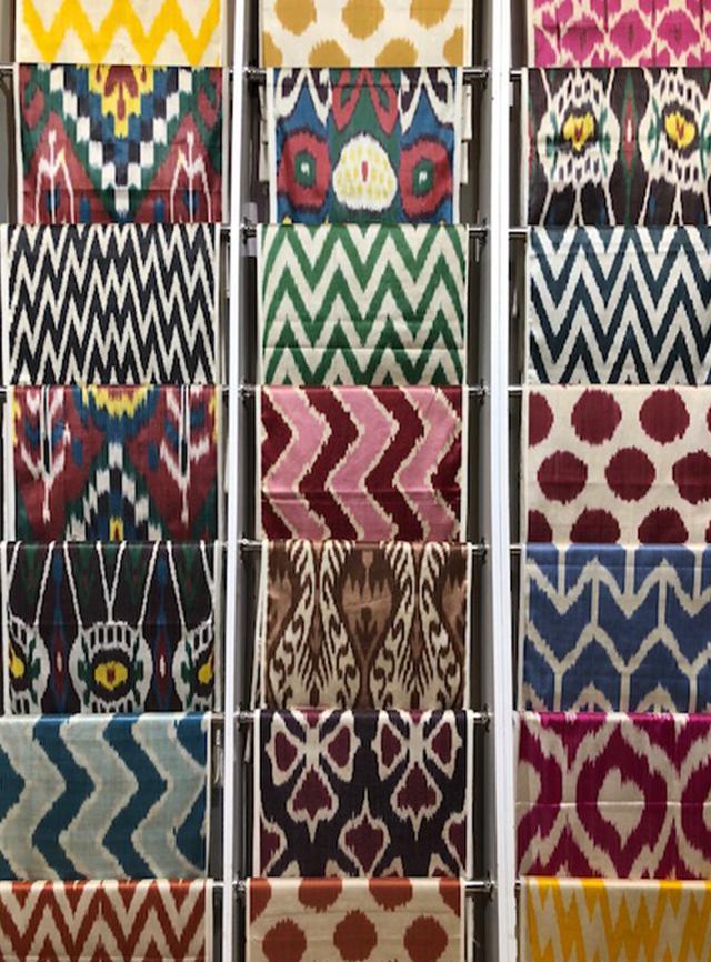 画像: アトラスと称される絹織物。日本の絣(かすり)を思わせるが、大胆な絵柄で色鮮やかなのが特徴