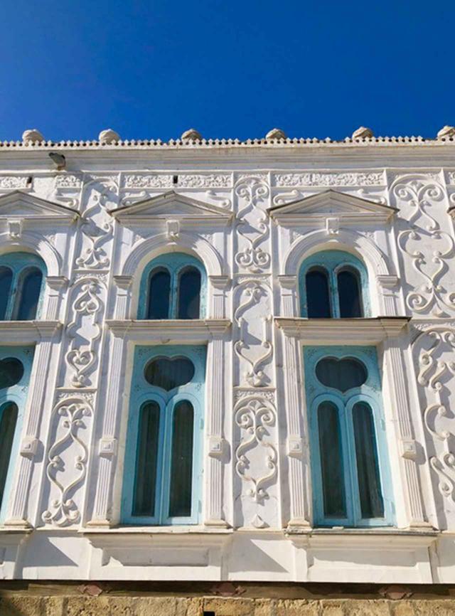 画像: 「スィトライ・マヒ・ホサ宮殿」の外観。生クリームを絞ったような壁にハートの形の窓。庭にはクジャクの群れが放し飼いに
