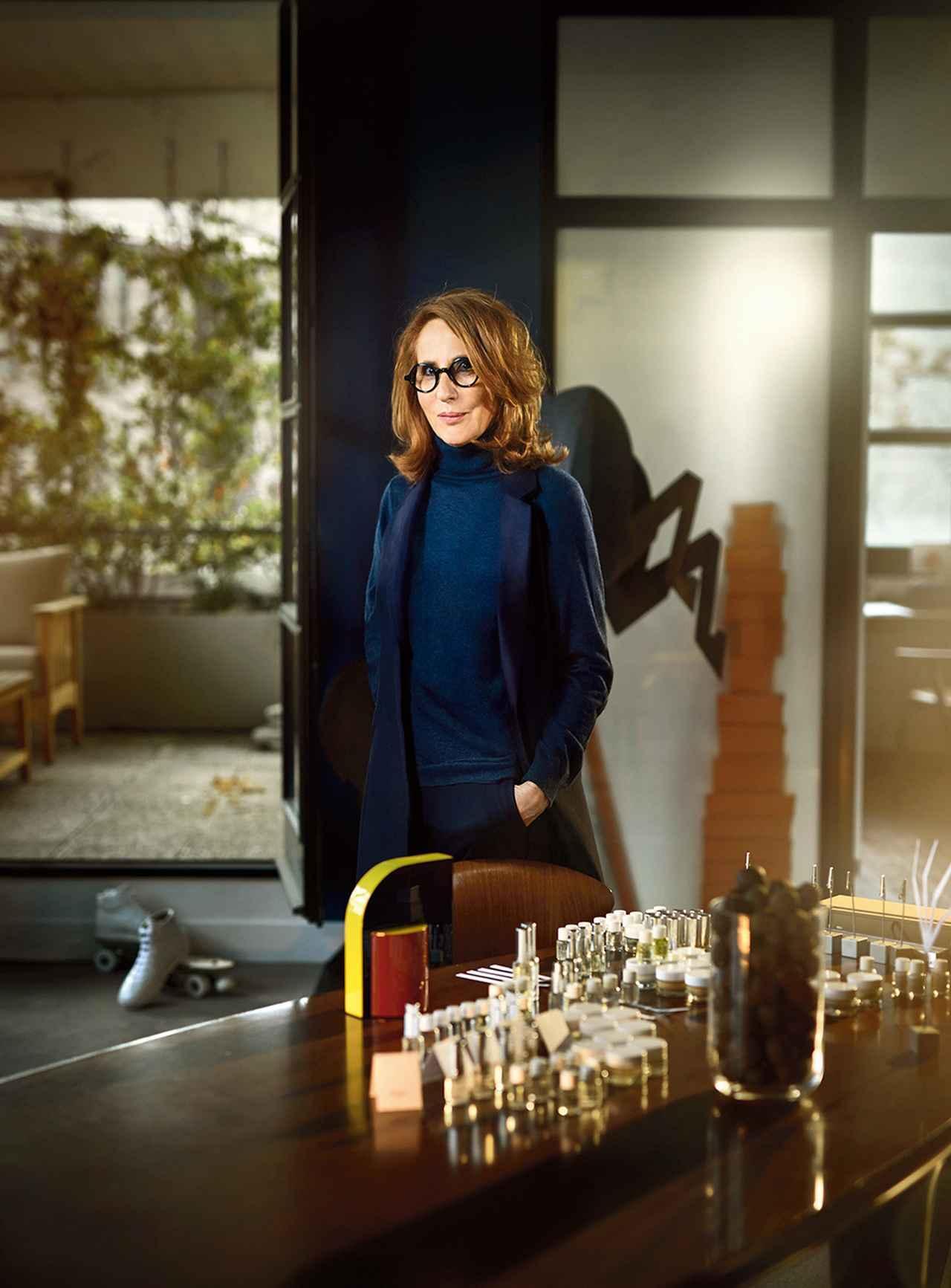 画像: フレグランス部門 クリスティーヌ・ナジェル 2016年、エルメスの専属調香師に就任。アトリエの場所を自由に決めていいと言われて彼女が選んだのは、パンタンのエルメス社最上階にあるテラスつきのスペース。そこはピエール=アレクシィの父、ジャン=ルイ・デュマがかつて使っていた部屋だ。 「エルメスでは時間という最高の贈り物を受け取ったわ」とナジェル。「予算もなければ締め切りもない。フォーカスグループ(市場調査)なんて無縁よ。ここでは、エルメスという名の、純粋なクリエーションの世界で仕事ができるの」